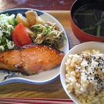 26563733 - 本日の魚屋さん定食 鮭のみりん焼きとお惣菜 1030円