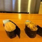 小判寿司 - 右手=淡路の生ウニ       左手=北海道の生ウニ