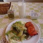 タンドール インドレストラン  - Cセットのチキンティッカとサラダにラッシー