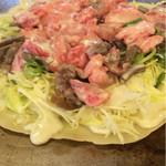 富士屋 - 生のすじ肉をたっぷり乗せたら上から生地をかけます。