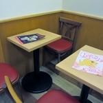 吉塚甘党屋 - 駅ナカのお店とあってお店の一角にはイートインのコーナーも確保され学校帰りにタコ焼きや鯛焼きを食べて帰る学生さんが使われてました。