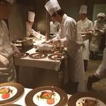 マンハッタン - 今日は新しいレストランのプレス発表会に参加しています♡ こちらはオープンキッチンの様子です\(^o^)/ テリーヌいっぱい!