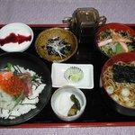 美よし家 - 料理写真:ミニはらこ海鮮丼におそば、またはうどんが付いてます。1050円