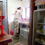 こめんこ屋 - 店内では店主(?)が饂飩を打ち、打ち立てを茹で上げていました