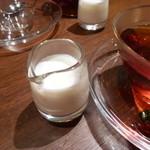星乃珈琲店 - ミルクティーのミルクは、ピッチャーで提供
