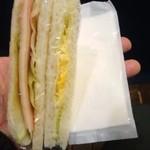 らくごカフェ - サンドウィッチとおしぼり