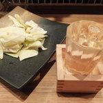 やきとり六角道 - お通しキャベツと日本酒「蒼田」