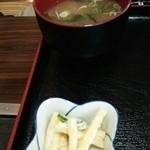 一心亭 - 味噌汁とマカロニサラダ