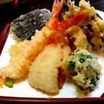 芦屋 天がゆ - 料理写真:板前さんが目の前で天ぷらを揚げてくれます。揚げたての天ぷらは絶品です。