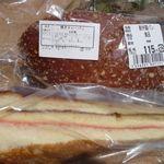 JA南彩 菖蒲グリーンセンター - 焼きカレーパン、カステラサンド(各¥115)