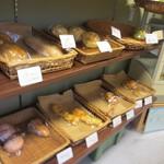 Leaf - お店は3人位入ると狭く感じる位小さなお店ですが焼きたてのパンが並んでました。