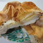 Leaf - 中にチーズを挟んで胡椒をトッピングしたスパイシーなパンです。