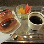 ジュリアン - ホットドッグ(エッグ) サラダ、コーヒー付