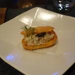 La Serre - アミューズ。グジェールに蟹のサラダが入ってます。