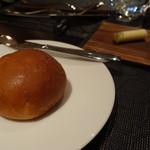La Serre - 自家製赤味噌とポテトチップのパン、奥にバター