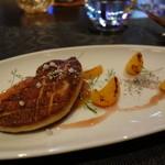 La Serre - フォアグラのソテー、杏のピューレ。ゴマパウダーがおもしろい