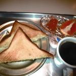 あくびカフェー - ネコノテパン工場の食パン