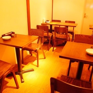 奥にはテーブル席も。。。。あるんですっ!!