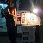 プロォーイ タイ料理 - タイ料理店に多い雰囲気ですね。KANSAI 1週間に掲載されたようです。メニューが置いてありライトで照らされています。