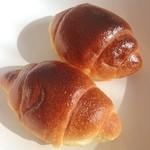 ブレッド・アート・ロード - 朝のパン。こんがりバターロール。