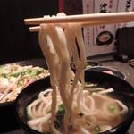 琉の介 - 沖縄そばの麺はこんな感じです