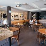 グッドネイバーズ - 内観写真:カフェとショップを併設