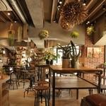 ザ デック コーヒー&パイ - 店内のイートインスペースも充実しています