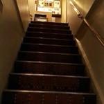 酒肆バグパイプ - 渋い階段を上がります♫