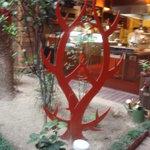レストラン デビッド・セニア - 【庭】以前は茶色だったオブジェが赤に塗られていました。