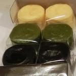 千紀園 - 濃チーズケーキ(抹茶・クリーム・竹炭)各238円。一口サイズです。中がとっても柔らかい。