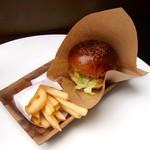 ハリウッドバーガー - カマンベールチーズバーガーとポテトのセット(850円)