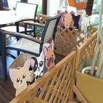 ウメカフェ - 店内の小型犬OKの席☆ 足元にバスケットがあります♪