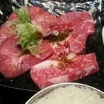 土古里 - 牛タンとカルビのアップ