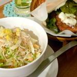 ワタナベナンバン - サンド+サイドメニュー2つ(サラダ+スイーツ)セット(¥630)のコールスローサラダとチキン南蛮サンド。