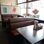 ドラゴンラーメン - テーブル席です