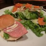 ジャカッセ - サラダとハムサンドだよ~。小食の方は、これで十分かも、、ないない^^。