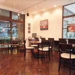 オデカフェ - 店内入口近くのテーブル席