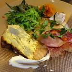 atehaca - 定番タパス盛り合わせ7種(イベリコ豚のチョリソー、スペイン風オムレツなど)
