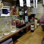 地酒と季節料理 おかやん - お酒注ぎ中