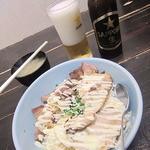 自由人舎 時館 - 瓶ビールとチャーシュー丼(M)