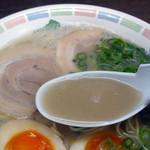 ふくの家 - 豚骨スープは脂とニンニクがコクを出してます