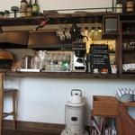 MUGIMARU - カウンターと厨房の様子