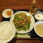 チャイナ厨房 - 牛肉ニンニクの芽炒め ¥550-