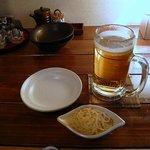 はれ晴れ 川崎店 - 突き出しとビールです。今日はカウンター飲みました。