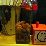 う~みや うーちばる - コーレーグースと島にんにく唐辛子です。沖縄そばの必需品ですね。次回は沖縄そばを食べようかな。