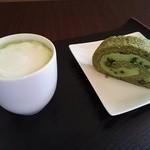 和カフェスペース - 抹茶ラテと抹茶ロールケーキ