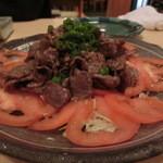 牛や たん平 - タン先を炒めてキャベツやトマトにのせています。