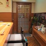 錦 - 店内、カウンター席から入口を見て