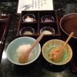 天ぷら新宿つな八 - 塩と大根おろし 右手のおろしは梅肉を入れたもの