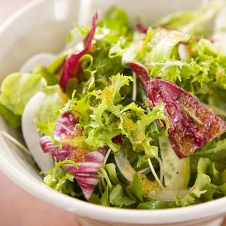 ●野菜ソムリエ厳選のサラダも絶品♪